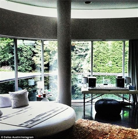 Mtv Cribs Usher by Justin Bieber Renting Atlanta Mansion Resembling A Spaceship For The Next Three Months Daily