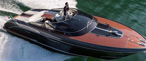 snelheid speedboot dit jacht van riva is een combinatie van luxe en snelheid