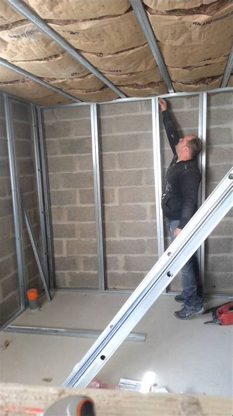 Comment Fixer Une Le Au Plafond by Comment Fixer Et Couper Les Montant Placo D Une Contre
