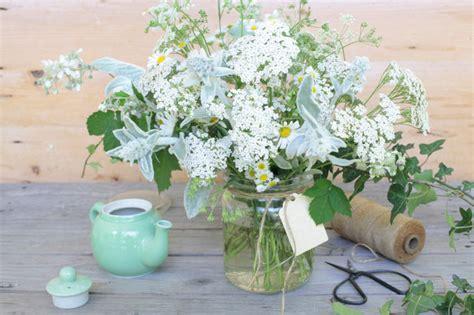 composizione fiori fai da te fai da te composizione di fiori spontanei in bianco