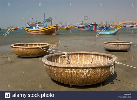 round small boat vietnam mui ne fishing village thuyen thung coracle like