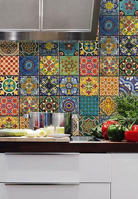 piastrelle colorate tra basi e pensili in cucina lineatre arredamenti