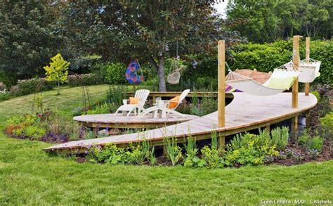 terrain en terrasse cr 233 er une terrasse en bois sur un terrain en pente