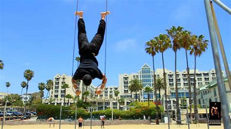 Imagenes De Personas Haciendo Ok | haciendo barras paralelas planchas entrenando en parque