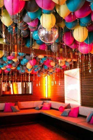como decorar con globos el techo una original decoracion con globos en el techo como