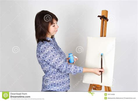 gestell zum malen m 228 dchen das nahes gestell und das malen steht lizenzfreie