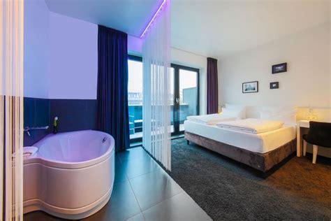 Hotel Mit Badewanne Im Zimmer by Baden Im Luxus Hotelzimmer Mit Whirlpool In Berlin