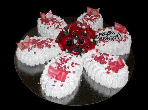 torte di fiori freschi torta di compleanno con fiori freschi al centro picture
