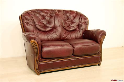 divani in offerta divano 2 posti classico con finiture in legno in offerta