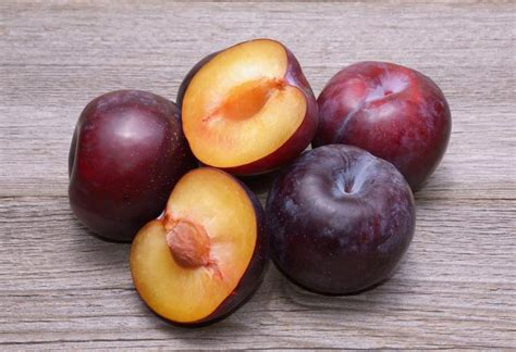 Calories In Plumb by How Many Calories Does A Plum Livestrong