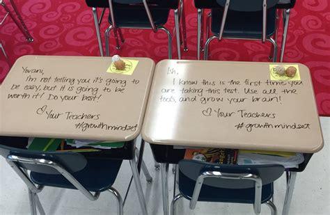 banchi scuola elementare la maestra scrive una dedica sui banchi degli alunni prima