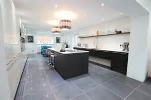 Bien Cuisine Blanche Carrelage Gris #1: facade-cuisine-et-%C3%AElot-de-cuisine-gris-anthracite-couleur-peinture-mur-blanche-plan-de-travail-blanc-carrelage-gris.jpg