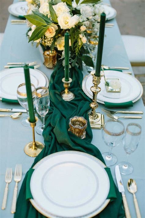 picture  emerald napkins   table runner emerald