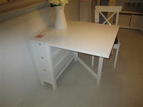 bloombety ikea folding tables with flower decoration