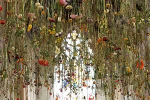 Upside Down Chandelier 画像 たくさんの花を上から吊るすとこんなにも芸術っぽくなるとは Naver まとめ