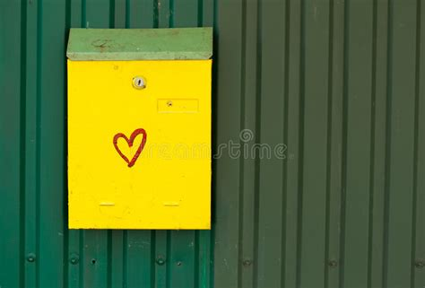 cassetta delle lettere inglese cassetta delle lettere gialla immagine stock immagine di
