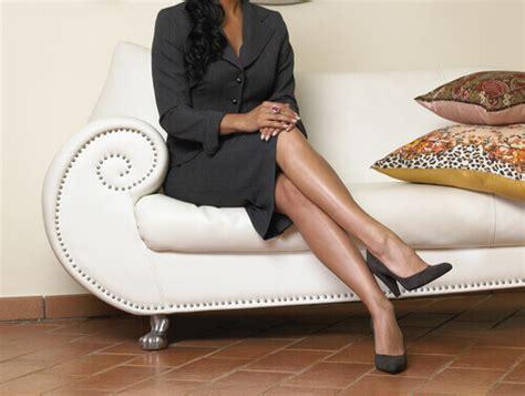 donne sedute con gambe accavallate 8 modi per prevenire la formazione delle teleangectasie
