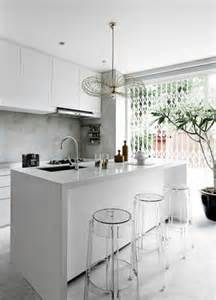 Lovely Plan De Maison En U #8: Cuisine-avec-bar-plan-de-travail-tabourets-acryliques.jpg