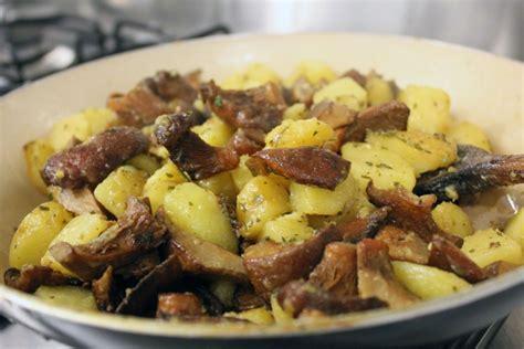 cucinare funghi chignon in padella patate e funghi cucina mon amour