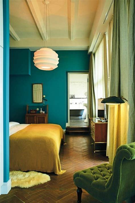 ideen fürs schlafzimmer senfgelb und blau wandfarbe petrol 56 ideen f 252 r mehr farbe im interieur