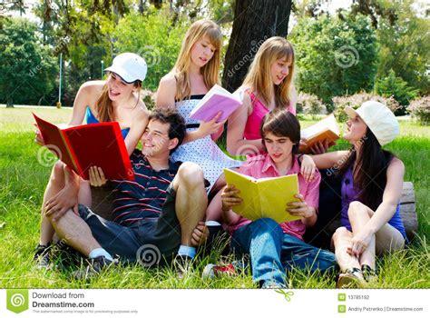 imagenes libres estudiantes grupo de estudiantes universitarios al aire libre