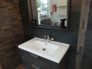 indogate salle de bain sol noir mur gris