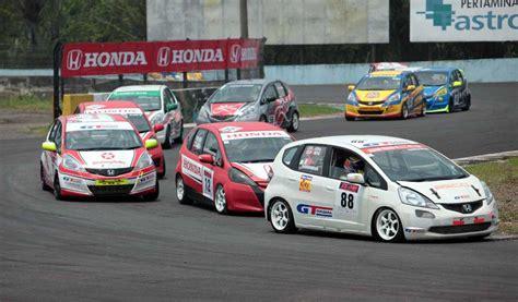 suasana ajang lomba mobil balap honda indonesia