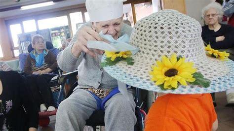 casa di riposo dueville bimbi alla casa di riposo e i nonni ringiovaniscono
