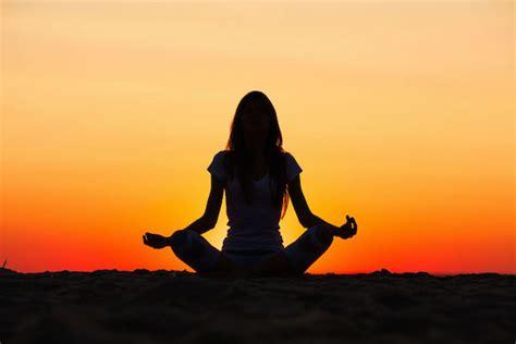 imagenes de yoga con luz 191 por qu 201 es buena la meditaci 211 n 8 beneficios que deber 205 as