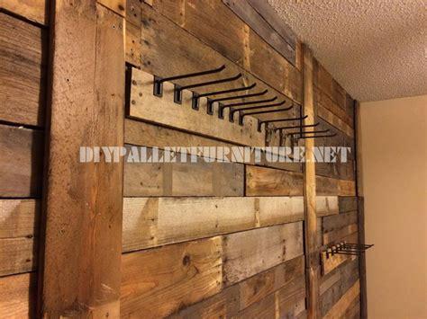 Paletten Deko Wand by Wand Aufgereiht Mit Paletten Planken Und Kleiderb 252 Gelmobel