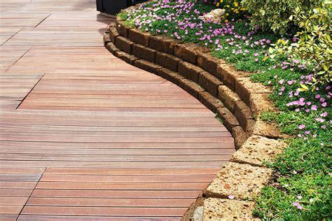 pavimento per giardini pavimenti in legno per giardini mattonelle e decking