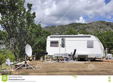 satellitenschüssel stuhl wohnwagen mit satellitensch 252 ssel stockbild bild 73894591