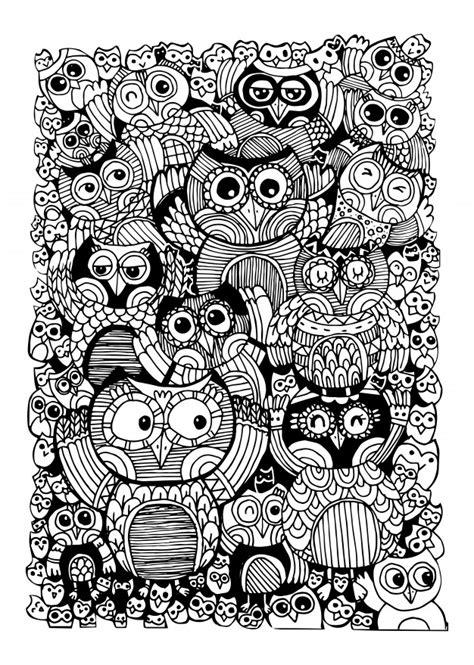 Búhos doodle para colorear libro.   Vector Premium