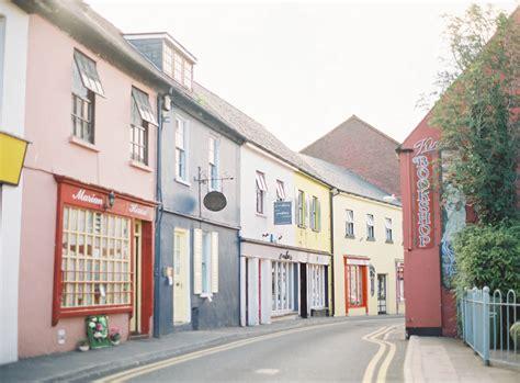 vibrant shops in kinsale ireland entouriste