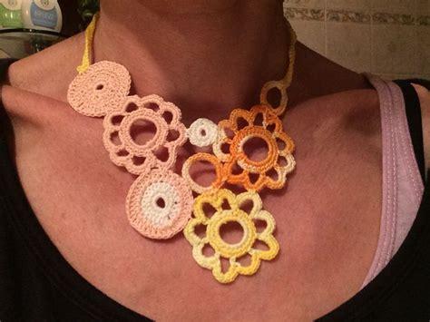 fiori all uncinetto per collane oltre 25 fantastiche idee su collana fatta all uncinetto