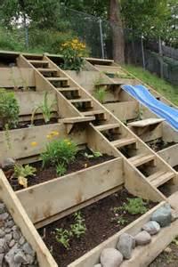 lovely Amenager Un Jardin En Pente #3: am%C3%A9nager-jardin-pente-raide-terrasses-cadre-bois.jpg