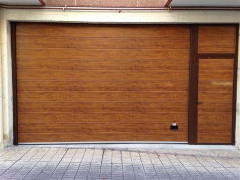 foto puerta seccional  peatonal imitacion madera de