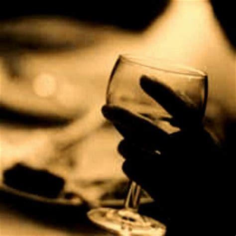 foto bicchieri di vino briciole la farfalla nel vino poesia
