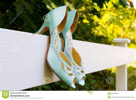blaue hochzeits schuhe auf zaun stockfoto bild 36340144
