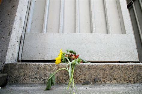 consolato nizza strage nizza si unisce al dolore fiori al