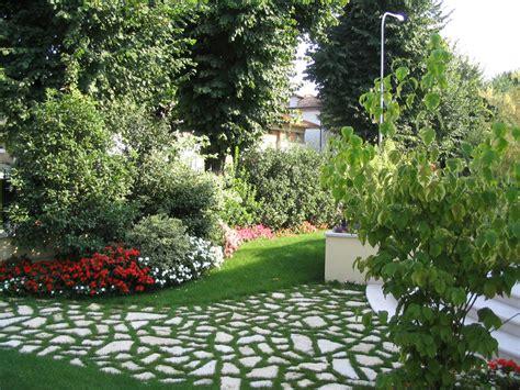 foto di piccoli giardini progetto piccolo giardino con fioriture stagionali verde