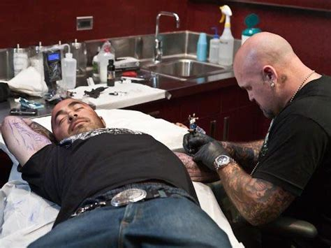 aaron lewis tattoos aaron lewis of staind gets tattooed at hart huntington