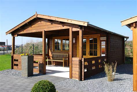 Gartenhaus Mit Veranda Holz by Gartenhaus Mit Veranda Gem 252 Tlich Vorm Gartenhaus Entspannen