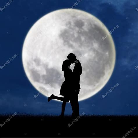 imagenes romanticas bajo la luna pareja de enamorados en luna llena azul silueta fotos de