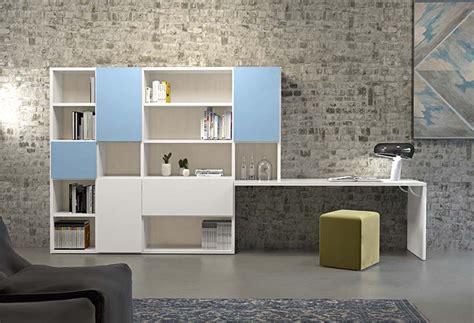 parete attrezzata con libreria home office in soggiorno con wall system 5 clever it