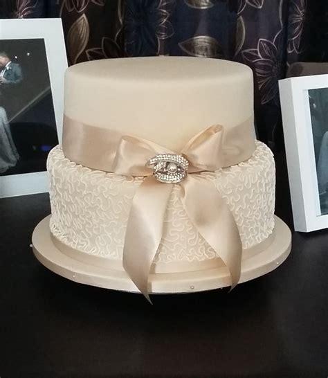 classic purple and white wedding cake with marzipan roses 2 tier wedding cakes のおすすめアイデア 25 件以上 pinterest シンプルな