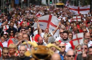 S Day Uk Uk Crowds Celebrate St George S Day Daily Mail