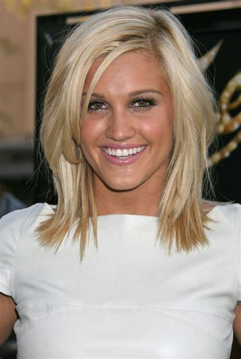 medium choppy hairstyles 40s shoulder length layered hairstyles with side fringe