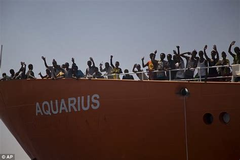 aquarius bateau macron ship carrying 900 migrants docks in sicily as italy fights