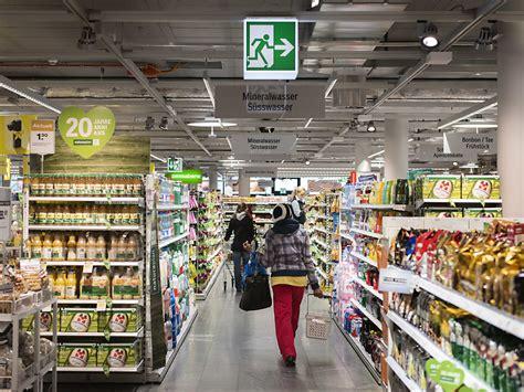 Gestell In Einem Laden by Mann Greift In Einem Coop In Basel Kunden Mit Reizgas